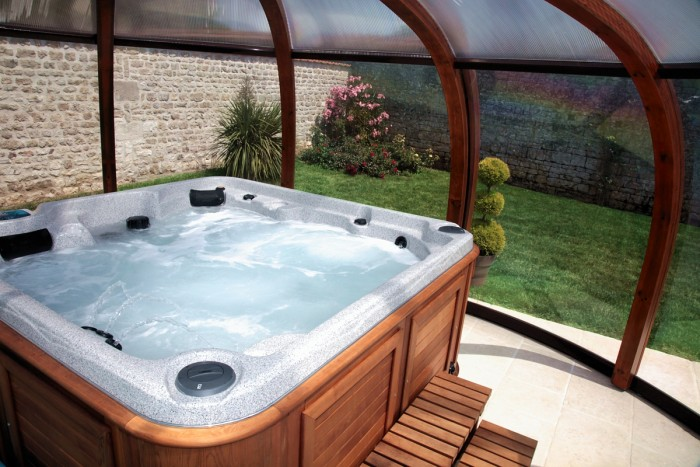 Jacuzzi intérieur à l'espace piscine du gite haut de gamme