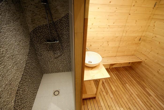 Salle d'eau avec douche dans l'espace piscine du gite de luxe